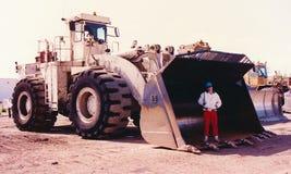 重的设备操作员站立在他的装载者桶里面 免版税库存照片