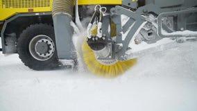 重的轮子机械从路取消雪与在多雪的天气的大巨型的转动的刷子,特别机械 股票视频