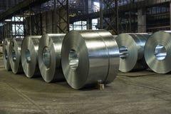 重的钢在钢铁厂地板上盘绕 免版税图库摄影