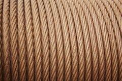 重的钢盘绕了在温暖的口气的上油的缆绳细节 库存图片