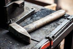 重的铁短槌或锤子在工作凳 免版税库存图片
