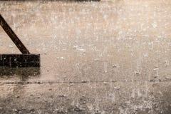 重的雨天用在水泥表面的飞溅水 免版税库存照片