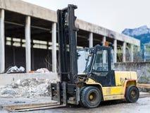 重的黑橙色柴油叉架起货车 免版税图库摄影