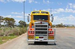 重的货物拖车运输,一辆公路列车车在澳大利亚 免版税库存照片