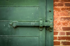 重的绿色门 库存图片