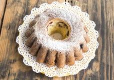 重糖重油蛋糕用在土气木表上的莓果 免版税库存照片