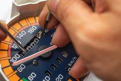 """重编程序技术员Mod的""""car clocking†手的测路器 库存照片"""