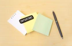 重要三种颜色裱糊笔记和黑笔 库存图片