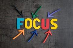 重要在工作或生活概念,五颜六色的箭头poin的焦点 免版税库存图片