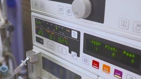 重要标志和心电图显示在显示器 在手术期间的健康状态 股票视频