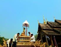 重要菩萨图象的队伍 Songkran节日 免版税库存图片