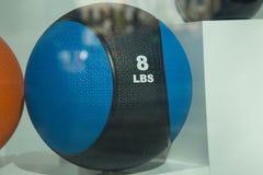 重量球在玻璃后的8 lbs 免版税库存图片