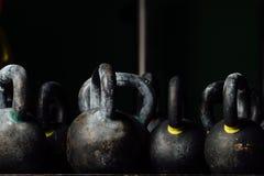 重量训练的哑铃在健身房 黑kettlebells 24kg 免版税库存照片