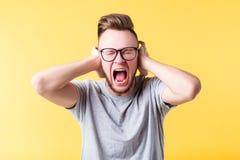 重音叫喊紧张的人尖叫的情感 免版税图库摄影