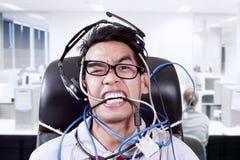 重音商人尖酸的缆绳在办公室 库存图片