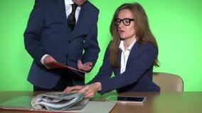 重音在工作、情感压力、恼怒的上司和疲倦的不快乐的妇女秘书 股票录像