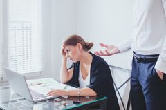 重音在工作、情感压力、恼怒的上司和疲倦的不快乐的雇员 免版税库存照片