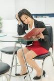 重音泰国(亚裔)女实业家读她的文件我 免版税图库摄影