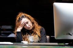 重音的妇女在计算机前面 图库摄影