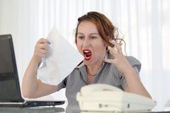 重音的妇女在计算机前面 库存照片