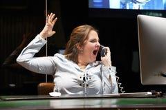 重音的妇女在计算机前面 免版税库存图片