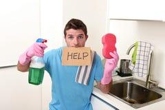 重音的杂乱人在拿着海绵和洗涤剂浪花的洗涤的手套装瓶请求帮忙 库存图片