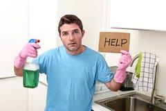 重音的杂乱人在拿着洗涤剂浪花的洗涤的手套装瓶请求帮忙 库存照片