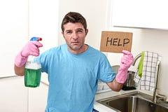 重音的杂乱人在拿着洗涤剂浪花的洗涤的手套装瓶请求帮忙 图库摄影