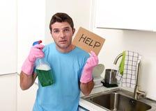 重音的杂乱人在拿着洗涤剂浪花的洗涤的手套装瓶请求帮忙 免版税图库摄影