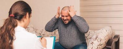 重音的肥胖人情感地告诉关于他的消沉和问题 心理学家咨询 库存照片