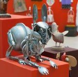 野兔玩偶由metall厨房器物制成 库存图片