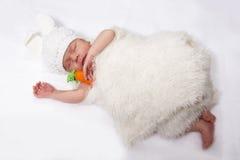 野兔的衣服的婴孩 库存照片