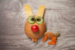 野兔组成由面包、乳酪和菜在木头 免版税库存照片