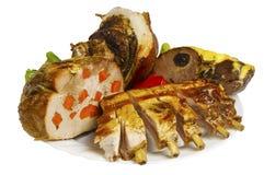 野公猪猪肉和肋骨在板材烤,被隔绝 免版税库存照片