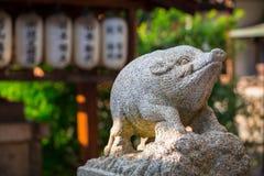 野公猪监护人雕象日本寺庙的 免版税图库摄影