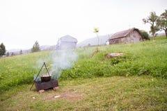 野外用的全套炊具 在火的罐 烹调户外在 库存图片