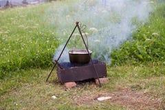 野外用的全套炊具 在火的罐 烹调汤户外在山 免版税库存照片