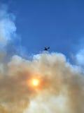 野火烟天空和飞机 库存图片