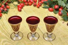 野玫瑰果果子和酒客酒 免版税库存图片