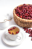 从野玫瑰果的茶在白色背景 库存图片
