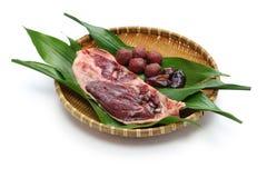 野生在竹盘子的野鸭鸭子生肉 免版税图库摄影
