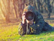 野生生物,自然伪装成套装备射击的人摄影师,拍照片 免版税库存图片