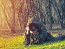 野生生物,自然伪装成套装备射击的人摄影师,拍照片 库存图片