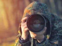 野生生物,自然伪装成套装备射击的人摄影师,拍照片 免版税库存照片