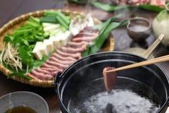 野生野鸭鸭子热的罐,日语一个罐盘 免版税库存照片