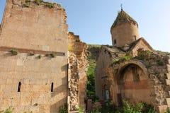 野生绿草的Surb Karapet教会 免版税库存图片