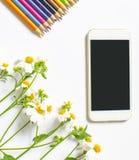 野花和在白色背景隔绝的智能手机装饰 免版税库存照片