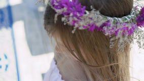 野花花束在一个小聪明的柔和的女孩的手上 迟缓地 影视素材