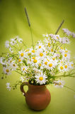 野花花束在泥罐的 免版税库存图片