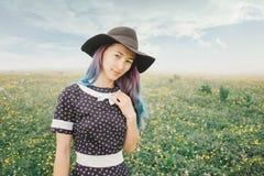 野花草甸的美丽的妇女 库存照片